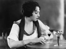 Portret kobieta z napojem (Wszystkie persons przedstawiający no są długiego utrzymania i żadny nieruchomość istnieje Dostawca gwa Zdjęcie Royalty Free