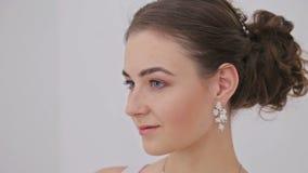 Portret kobieta z pięknym makijażem i elegancka fryzura ładna, zmysłowa, zbiory wideo