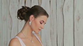 Portret kobieta z pięknym makijażem i elegancka fryzura ładna, zmysłowa, zdjęcie wideo