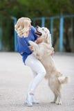 Portret kobieta z pięknym psem bawić się outdoors Zdjęcia Royalty Free