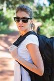 Portret kobieta z plecakiem zdjęcie stock
