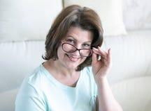 Portret kobieta z szk?ami w domowym wn?trzu obrazy royalty free