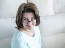 Portret kobieta z szk?ami w domowym wn?trzu zdjęcia royalty free