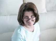 Portret kobieta z szk?ami w domowym wn?trzu obraz royalty free