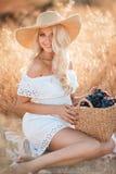 Portret kobieta z winogronem w rękach Zdjęcie Stock