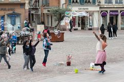 Portret kobiety artiste z mydlanymi bąblami w ulicie na głównym miejscu obraz stock