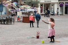 Portret kobiety artiste z mydlanymi bąblami w ulicie na głównym miejscu obraz royalty free