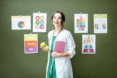 Portret kobiety dietetyczka z planami na temacie odżywianie obrazy royalty free