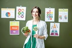 Portret kobiety dietetyczka z planami na temacie odżywianie obraz royalty free