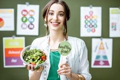 Portret kobiety dietetyczka z planami na temacie odżywianie fotografia stock