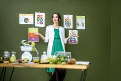 Portret kobiety dietetyczka z planami na temacie odżywianie obraz stock