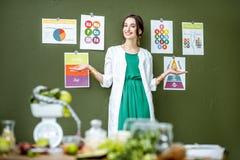 Portret kobiety dietetyczka z planami na temacie odżywianie fotografia royalty free