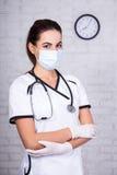 Portret kobiety lekarka w maskowej pozyci w biurze Obrazy Stock