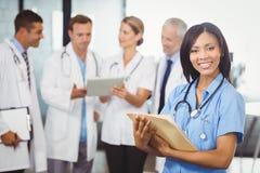 Portret kobiety lekarki mienia raport medyczny Obrazy Stock