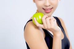 Portret kobiety mienia azjatykciej uśmiechniętej zieleni jabłczana owoc i beaut fotografia stock