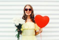 Portret kobiety mienia szczęśliwy uśmiechnięty bukiet kwitnie i czerwony lotniczego balonu kierowy kształt nad bielem Obrazy Stock