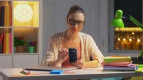 Portret kobiety obsiadanie przy biurkiem w dziecko pokoju zbiory wideo