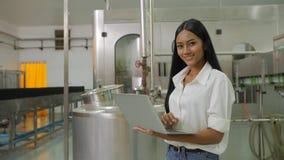 Portret kobiety patrzeje kamerę w napoju przemysle wytwórczym konstruuje trzymać laptop zbiory