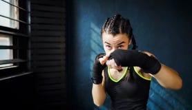 Portret kobiety piękny młody bokserski szkolenie uderza pięścią w gym bezpłatnej przestrzeni, copyspace zdjęcia royalty free