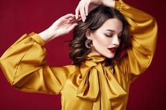 Portret kobiety pomadki biżuterii kolczyków brunetki makeup pięknej ładnej czerwonej włosianej kosmetycznej mody piękna odzieżowy zdjęcia stock