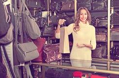 Portret kobiety sprzedawania kiesy i portfle Obraz Royalty Free