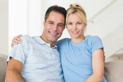 Portret kochająca para w żywym pokoju fotografia stock