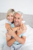 Portret kochający dorośleć pary w łóżku zdjęcia stock