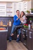Portret Kochliwa para Z jedzeniem W kuchni Zdjęcie Stock