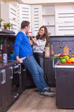 Portret Kochliwa para Z jedzeniem W kuchni Zdjęcia Royalty Free
