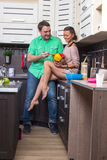 Portret Kochliwa para Z jedzeniem W kuchni Obraz Royalty Free