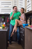 Portret Kochliwa para Z jedzeniem W kuchni Zdjęcie Royalty Free