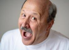 Portret komiczny i szalony starszy mężczyzna z śmieszną twarzą zdjęcie stock