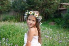 Portret kraj dziewczyna jest ubranym koronę chamomiles Zdjęcie Royalty Free
