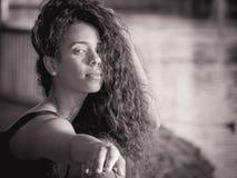 Portret Latina kobieta z jej włosy nad jej twarzą, monochrom Obraz Royalty Free