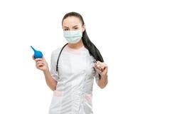 Portret lekarka i enema w ręce, odosobniony na białym tle Obraz Stock