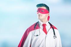 Portret lekarka W bohatera kostiumu zdjęcie royalty free