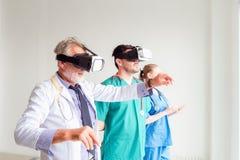Portret lekarki drużyna używa rzeczywistości wirtualnej technologię obrazy royalty free