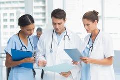 Portret lekarki z rękami krzyżować Zdjęcia Stock