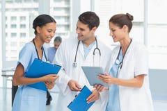 Portret lekarki z rękami krzyżować Zdjęcia Royalty Free