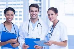Portret lekarki z rękami krzyżować Zdjęcie Stock
