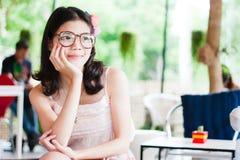 Portret leuke meisje gezette hand op haar gezicht Stock Fotografie