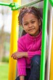 Portret śliczna afrykańska mała dziewczynka przy boiskiem Zdjęcia Royalty Free