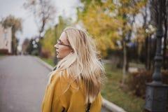 Portret ?liczna blondynka w jesie? parku obrazy stock