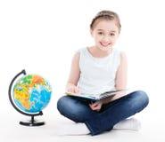 Portret śliczna mała dziewczynka z kulą ziemską. Zdjęcia Royalty Free
