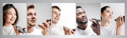 Portret ludzie pokazuje pustego ekranu telefon komórkowego odizolowywającego nad białym tłem obrazy royalty free