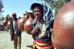 Portret lugging jego Etiopski sprzedawca merchandise Obraz Stock