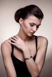 Portret luksusowa kobieta w wyłącznej biżuterii Obrazy Royalty Free