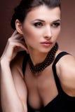 Portret luksusowa kobieta w wyłącznej biżuterii Obrazy Stock