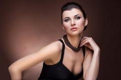 Portret luksusowa kobieta w wyłącznej biżuterii Zdjęcia Royalty Free