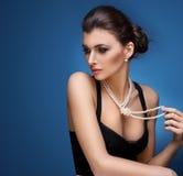 Portret luksusowa kobieta w wyłącznej biżuterii obraz stock